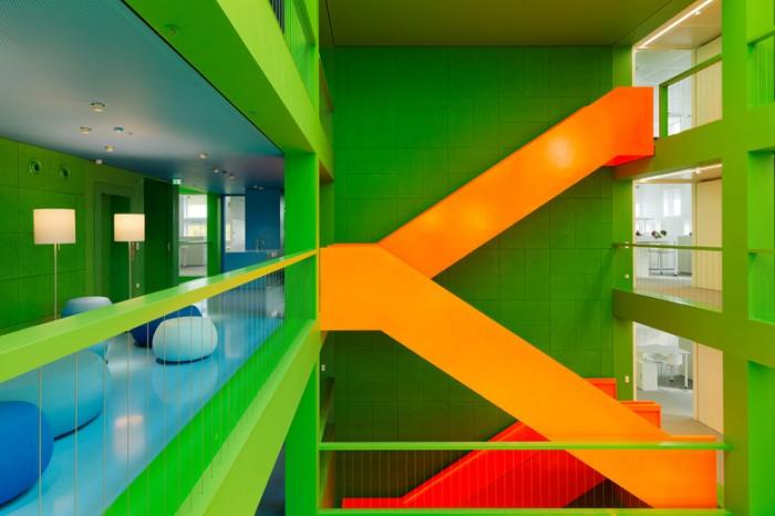色彩丰富的现代风格办公室设计:地产控股公司STABIL