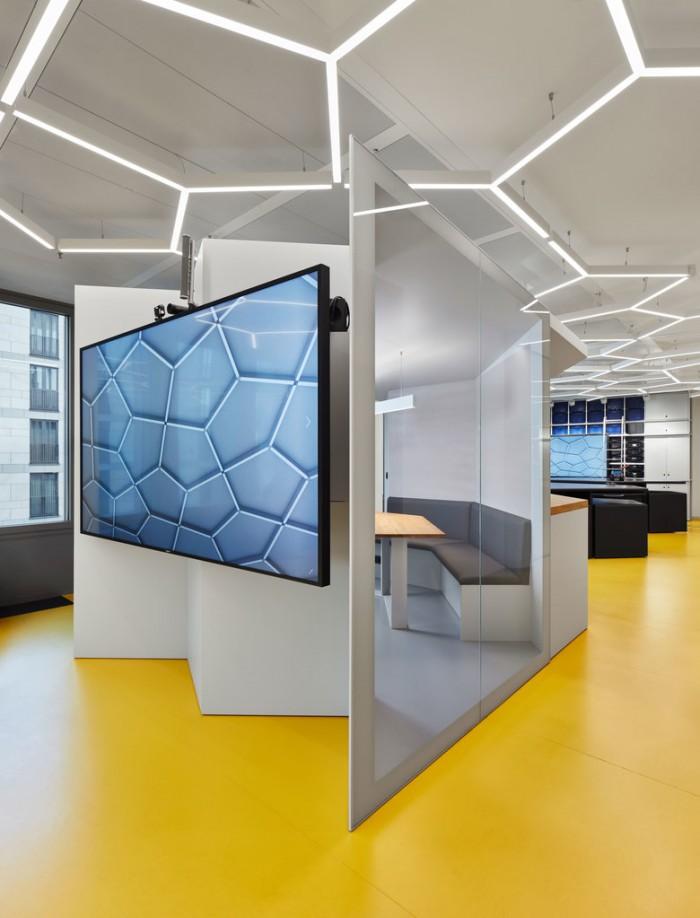 VR设备公司办公室展厅空间设计效果图